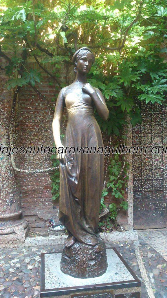 la deseada Giulietta, a quien todos quieren ver y tocar (tal y como muestra los sobados, tanto por hombres como mujeres, brazo y pecho derechos)