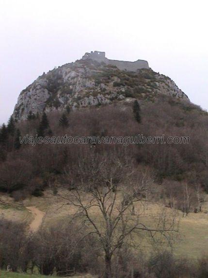 fortaleza santuario Montségur en la cumbre