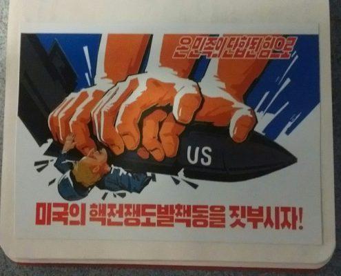 Carteles y parafernalia militarista