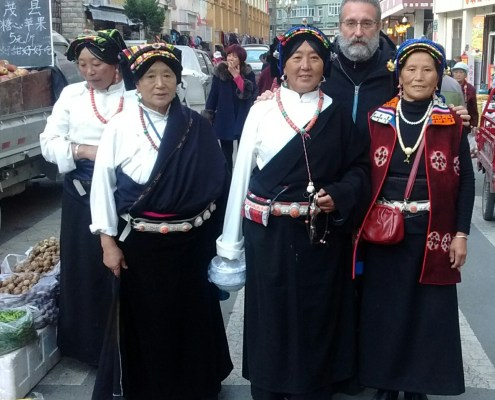 Con algunas sonrientes mujeres en el mercado de Maerkang