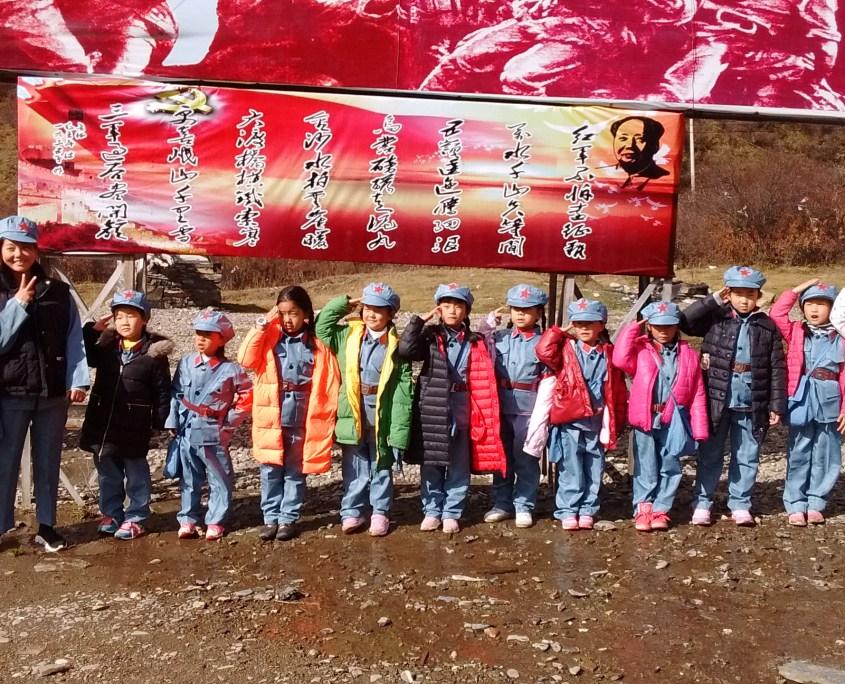 Con las alumnas chinas vestidas con traje Mao