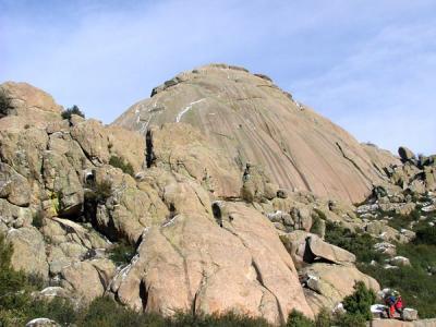 Dove abbiamo arrampicato. A sinistra, El Yelmo. A destra, La Tortuga. Placcheabbestia!