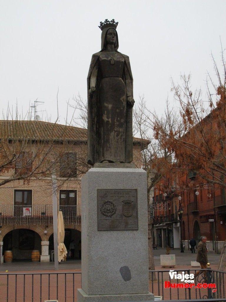 estatua isabel la catolica en plaza mayor de la hispanidad medina del campo valladolid