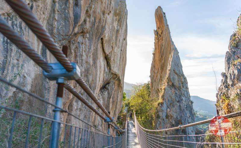 puente colgante de zuheros