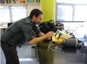 Poniendo a punto el IRGA (Aparatito en el centro) o infra-red gas analyzer, que mide la concentración de CO2 mediante absorbancia en el infrarrojo de esta molécula. La idea es crear un sistema cerrado entre los tarros con suelo y el IRGA que mida el incremento de CO2 en el tiempo (60 segundos), de lo que inferimos la respiración microbiana (Foto: Ana-Maria Hereş)