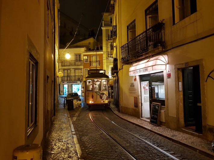 Tranvía Nº 28 en el barrio de Alfama. Lisboa (Portugal)