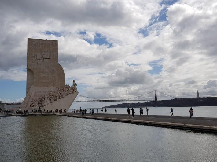 Padrão dos Descubrimentos y al fondo el puente Vasco da Gama sobre el río Tajo. Lisboa (Portugal)