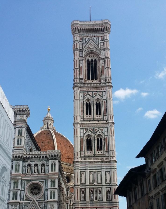 Campanille de Giotto, detrás la cúpula de Bruneleschi en el Duomo de Santa Maria dei Fiori. Florencia (Italia)