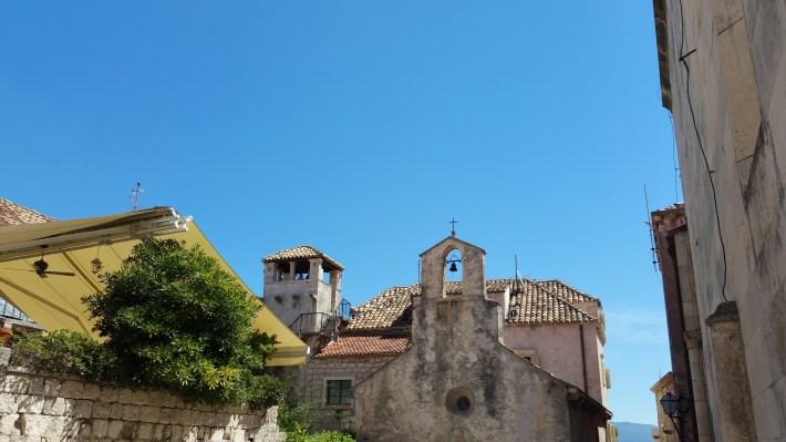 Iglesia de San Pedro y al fon la torre de la casa de Marco Polo. Kórcûla (Croacia)