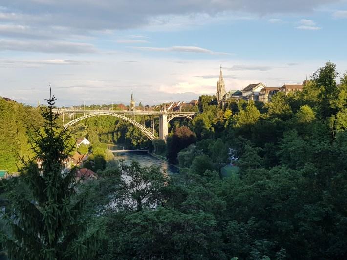 Destaca la torre de la catedral en el perfil urbano. Berna (Suiza)