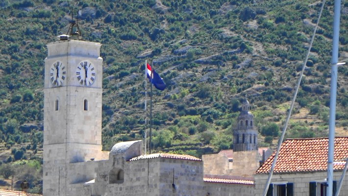 Torre del Kastel y al fondo la torre de la iglesia. Komiza (Croacia)