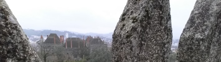Vistas de el Palacio dos Duques de Bragança desde el Castillo. Guimarães (Portugal)