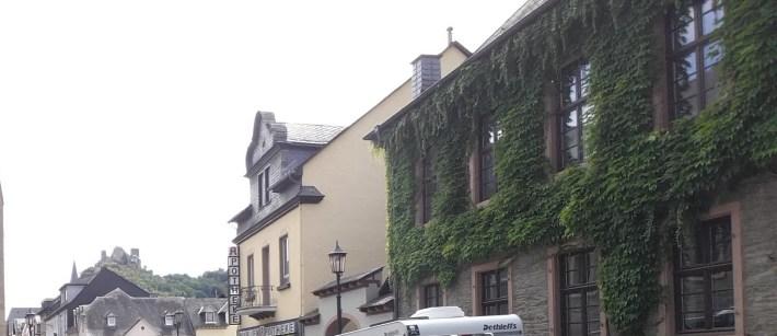 En lo alto de Oberwesel, el Schönburg.