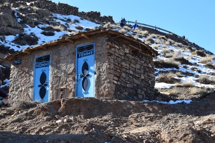 Curiosos baños, aseos. Cordillera del Atlas (Marruecos)