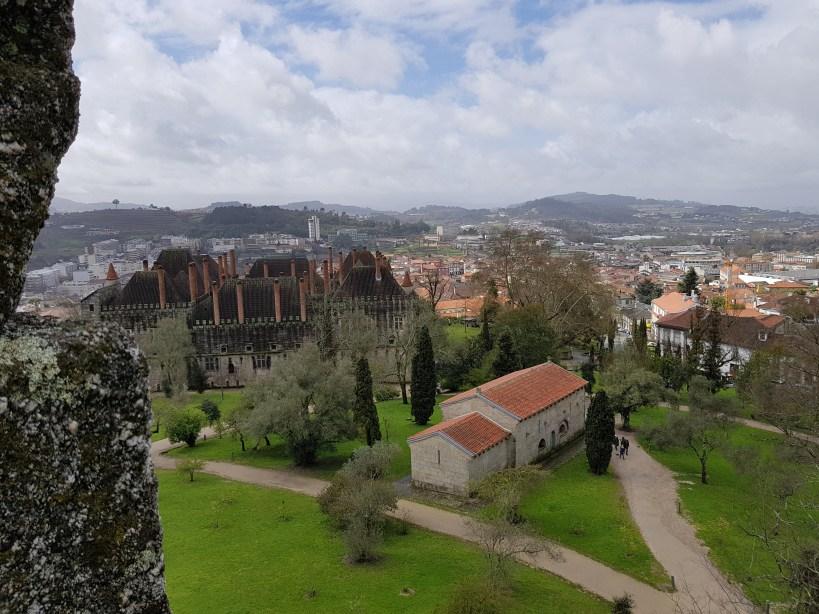 Vistas del Palacio dos Duques de Bragança y la Iglesia São Miguel do Castelo desde el Castillo. Guimarães (Portugal)