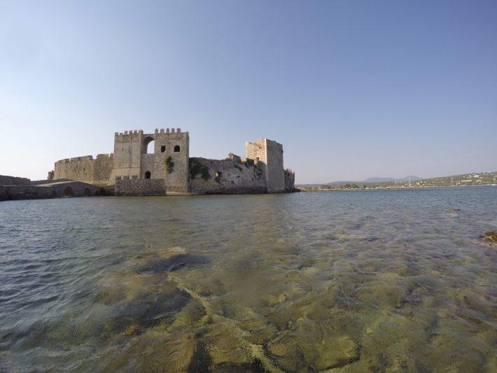 Castillo desde el agua haciendo snorkel en la zona del puerto sumergido de la Antigua Grecia, Methoni (Grecia)
