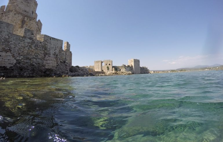 Torre Bourtzi desde el agua haciendo snorkel, Methoni (Grecia)