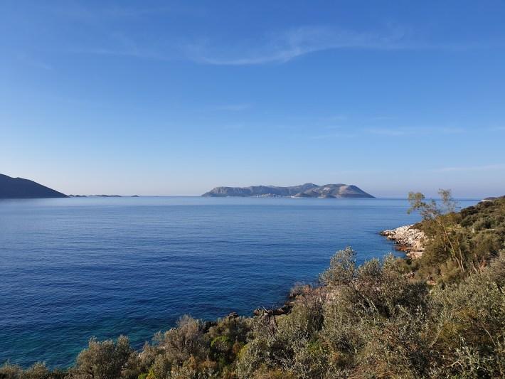 Kas (Turquía) y en frente la isla griega de Meis y su pequeña población Kastelorizo (Grecia).