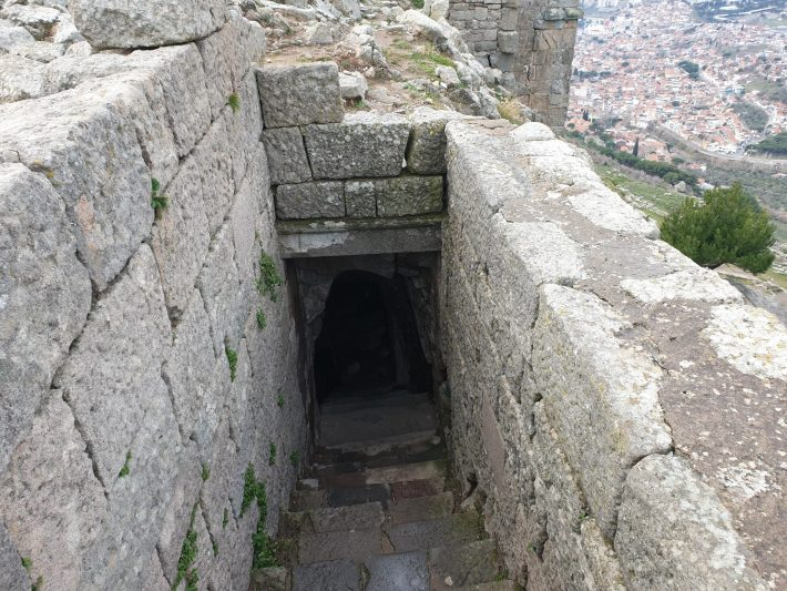 Túnel que da acceso al impresionante Teatro Helenístico, Acrópolis de Pérgamo, Bergama (Turquía)