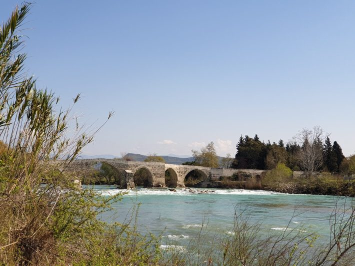 Puente de origen selyúcida que cruza el río Köprü, en las proximidades de Aspendos (Turquía)