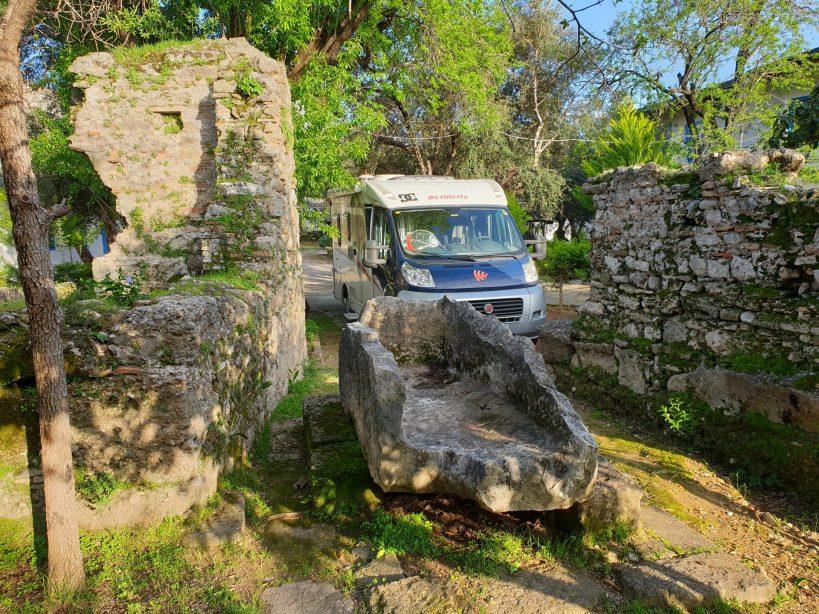 La parcela de nuestra autocaravana en el área, entre ruinas de Side (Turquía)