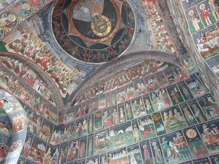 Interior del Monasterio de Sucevita, Bucovina (Rumanía)