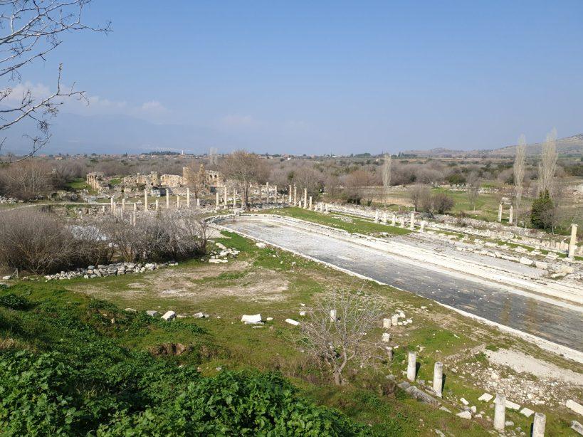 Piscina y al fondo las Termas de Adriano, Afrodisias (Turquía)