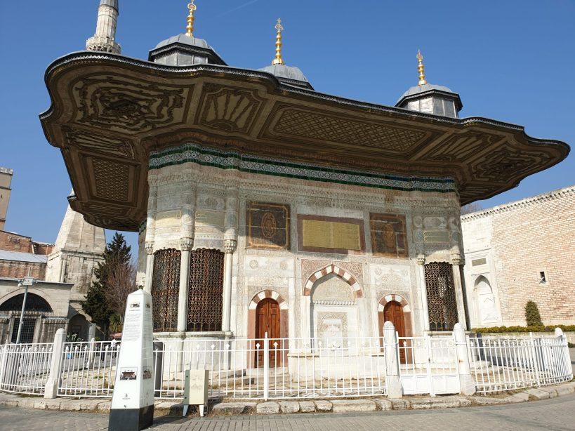Fuente del sultán Ahmet III frente a la entrada al Palacio Topkapi , Estambul (Turquía)