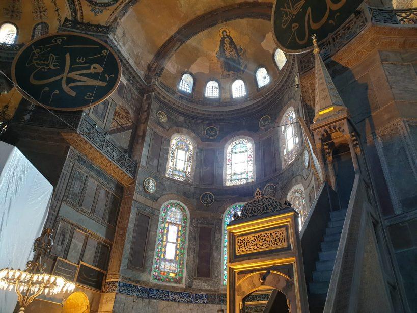 Interior de la Basílica de Santa Sofía, vemos el mimber y en la parte superior los dos medallones otomamos y en medio de estos el mosaico, Estambul (Turquía)