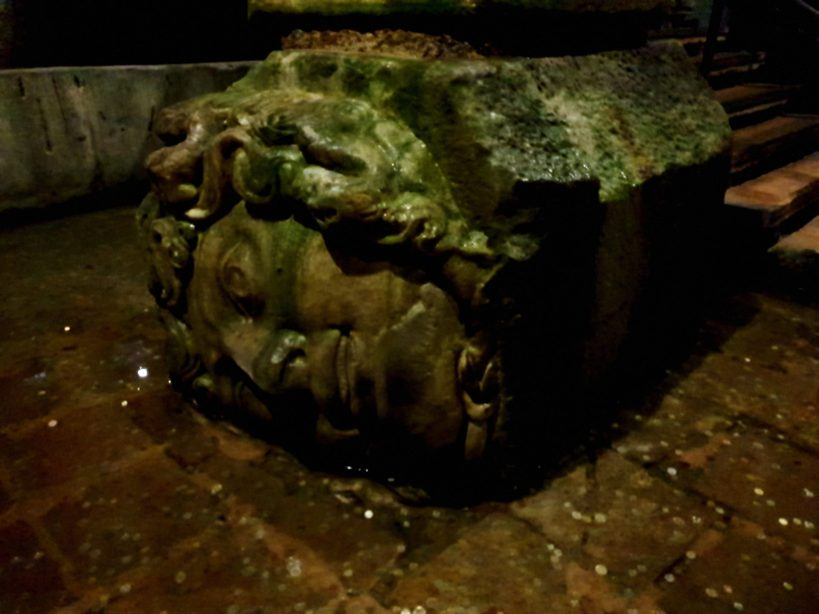 Base de una de las columnas con la cara de Medusa, la Basílica Cisterna, Estambul (Turquía)