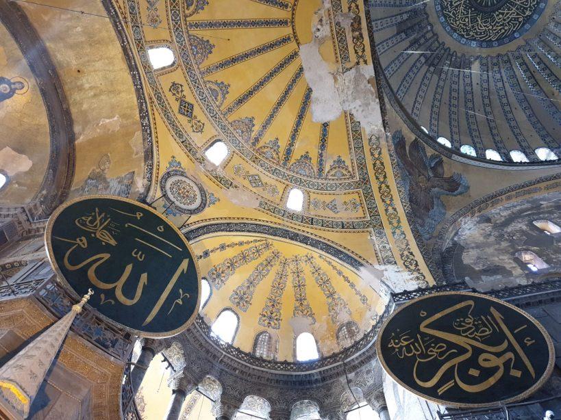 Parte de la cúpula y debajo uno de los serafines, Basílica de Santa Sofía, Estambul (Turquía)