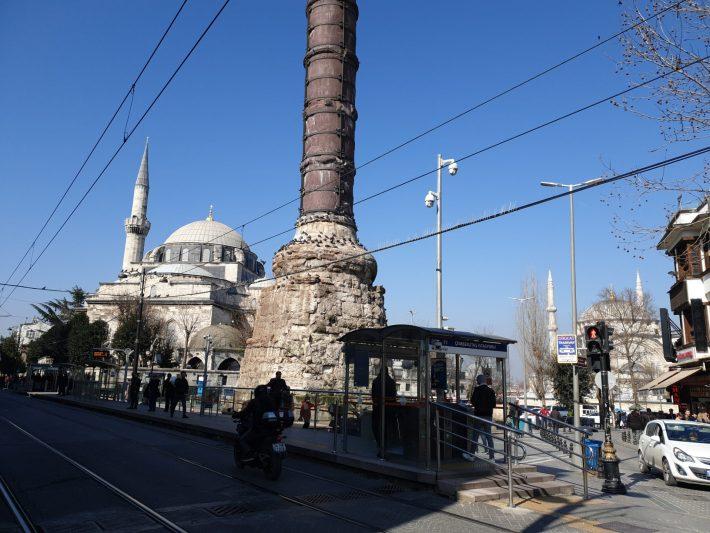 Columna Çemberlitas y al fondo la Mezquita Nuruosmaniye, Gran Bazar, Estambul (Turquía)