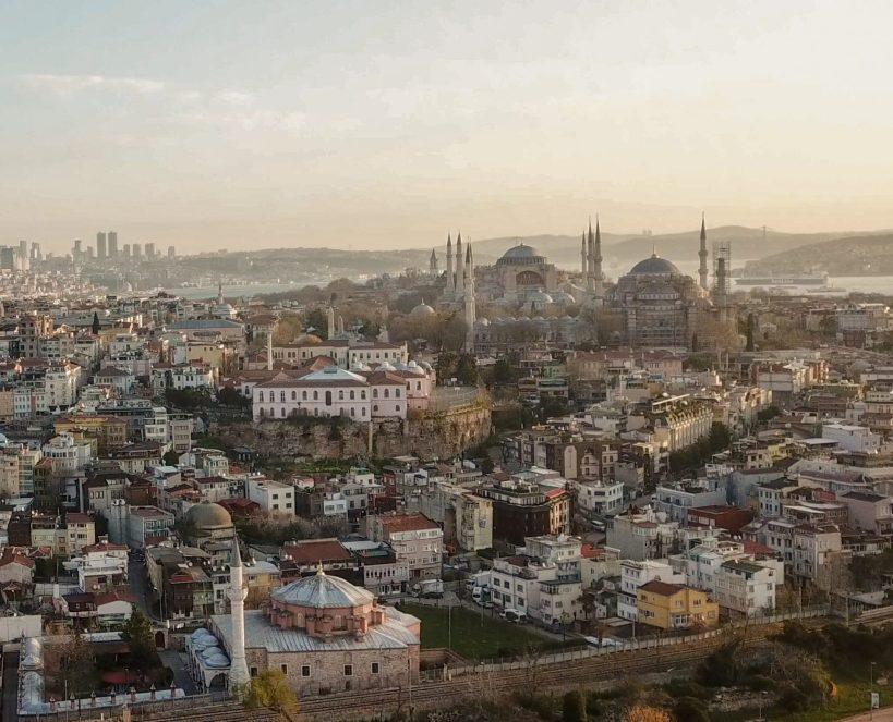 Vistas en primer plano de la Pequeña Santa Sofía, detrás de esta podemos ver el perfil de la Mezquita Azul y de Santa Sofía, Estambul (Turquía)