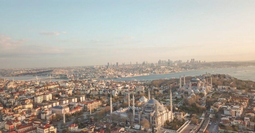 Foto que realizamos volando nuestro drone sobre la zona de Sultanahmed, donde se puede apreciar a la izquierda de la Mezquita Azul, el espacio que ocupaba el Hipódromo en la antigua Constantinopla, donde aún continúan erigidos algunos de sus obeliscos. Estambul (Turquía)