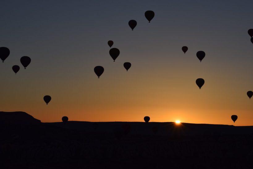 Globos al amanecer sobrevolando la Capadocia, Göreme (Turquía)
