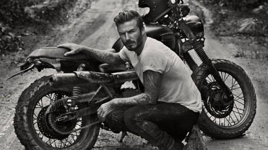 Beckham, posando antes de hacer unas comprobaciones en su moto. Fuente: www.dailymail.co.uk
