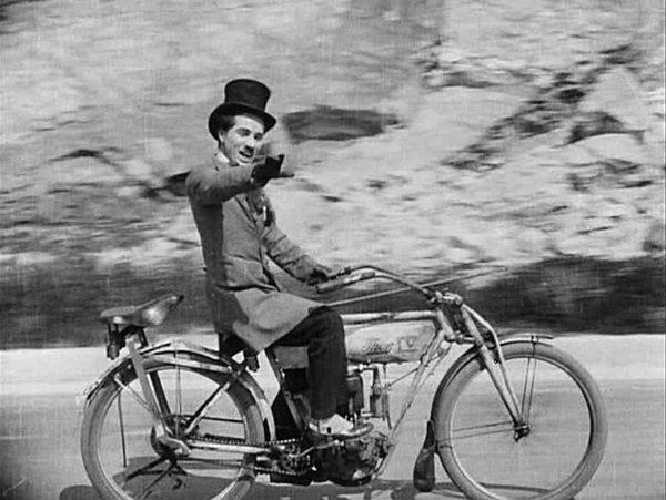 Charlie Chaplin haciendo de malvado