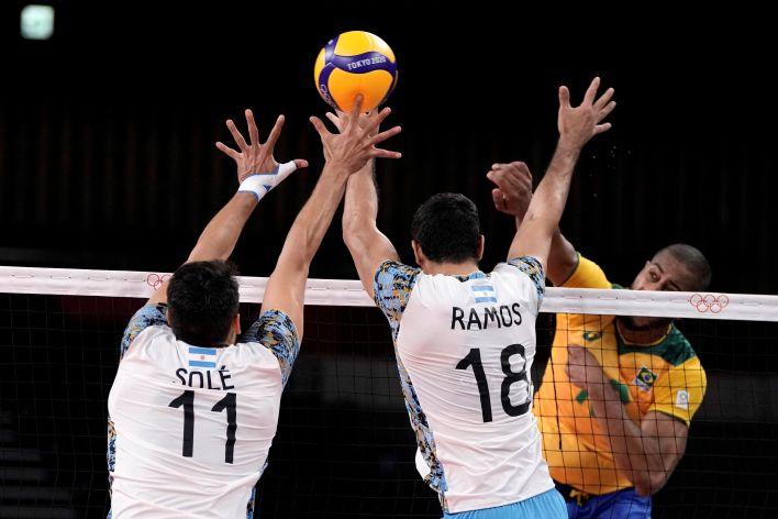 Argentina y Brasil, por la definición de la medalla de bronce del vóley masculino de Tokio 2020. (Foto: AP)