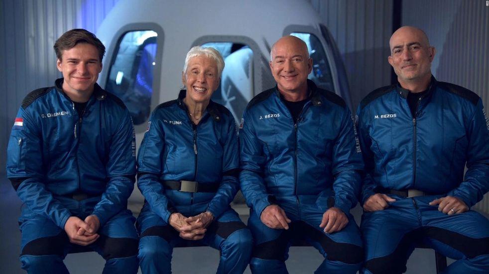 Histórico: Jeff Bezos regresó a la Tierra tras el primer viaje turístico al espacio   Vía País