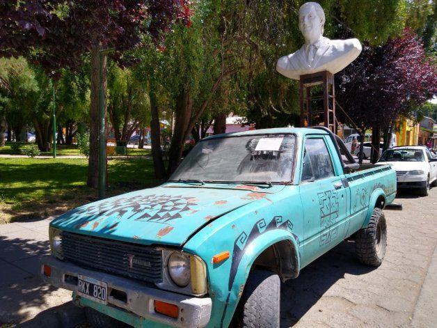 Un hombre quiso romper un monumento de Néstor Kirchner con una camioneta en Neuquén