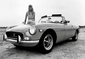1970-MG-MGB-convertable-with-hippie-chick