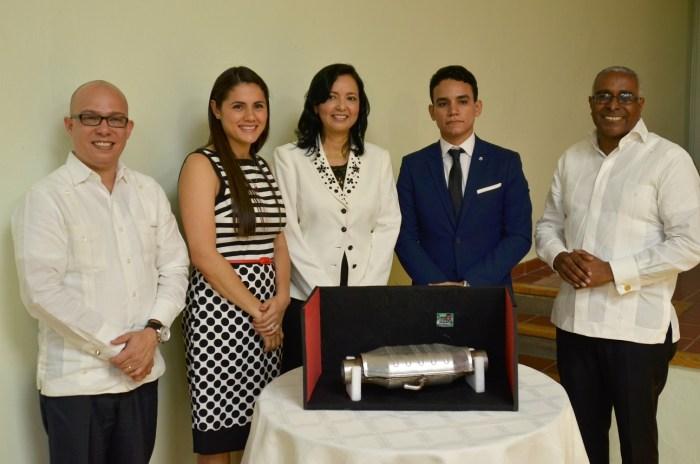 Francarlos Esteban Bencosme muestra el catalizador. Le acompañan Sandy Locward, directora de ONAPI, y Rolando Guzmán, rector de INTEC, entre otros.