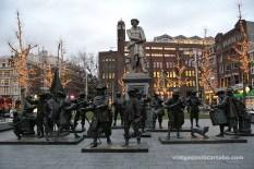 """Escultura de la """"Ronda de nit"""" a la Plaça de Rembrandt"""