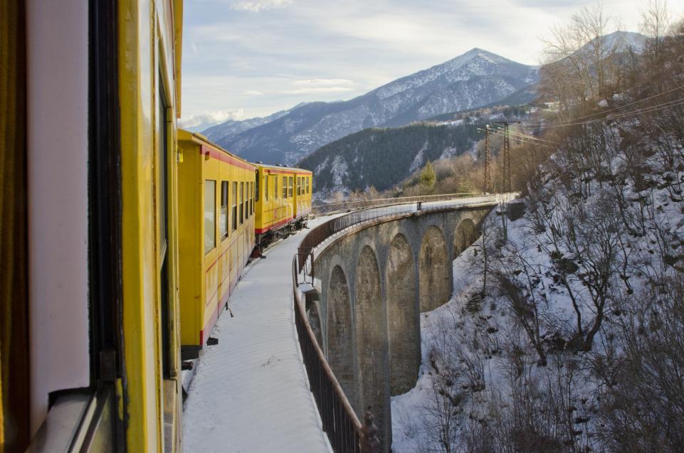 train-jaune-pyrenees-neige-imelenchon-istock-902648078
