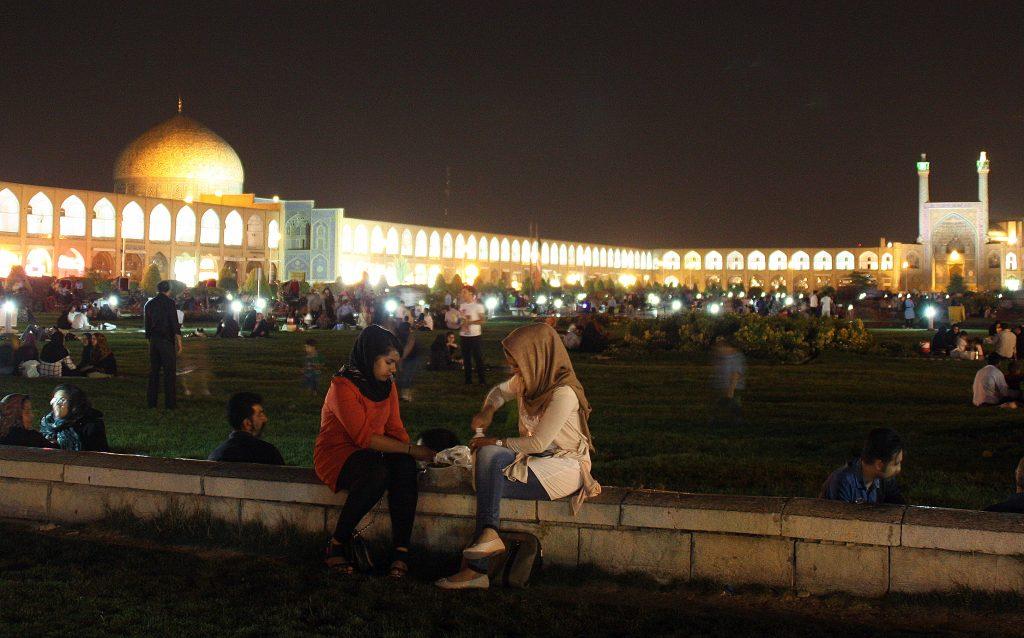 2016-08-01-noies-passant-el-vespre-a-la-placa-naghsh-e-jahan-disfahan