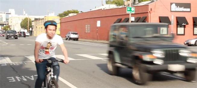 Ciclista testa capacete nas ruas de S. Francisco