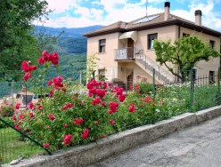 One of the villas in Spiazzi with some beautiful dark pink roses climbing the fence.