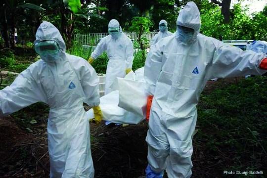 Ebolda: fotografías de personal sanitario actuando con trajes herméticos y un constante goteo informativo en torno a la cantidad de nuevos infectados, crea un clima de histeria colectiva.