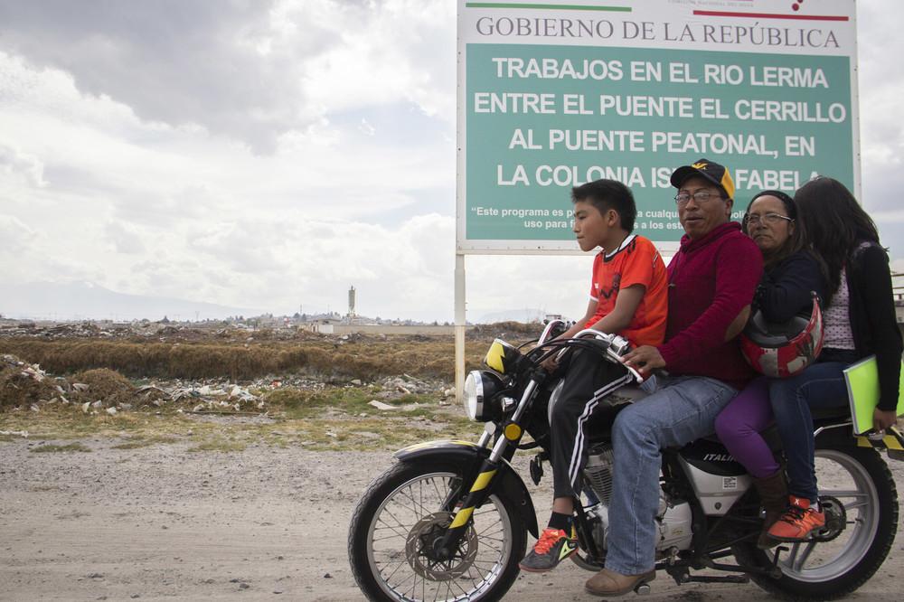 Familias solían pasear a un lado del Río Lerma, hoy el río sólo es el acompañante del camino que lleva a la México-Toluca.