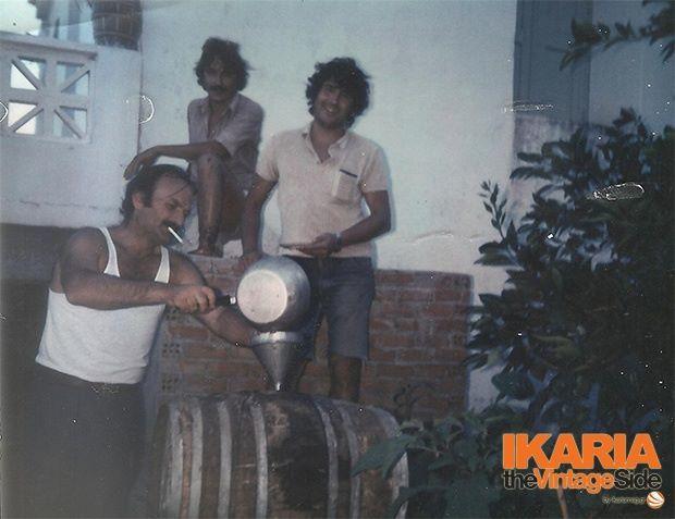 Στιγμές τρύγου τη δεκαετία του '70. Η Ικαρία φημίζεται για το δυνατό κόκκινο κρασί της, το μυστικό της μακροβιότητας κατά τους ντόπιους.